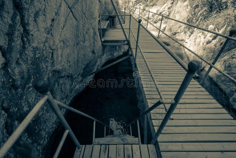 Download Passerelle Au-dessus De La Rivière En Gorge Teinté Image stock - Image du extérieur, rocher: 45352705
