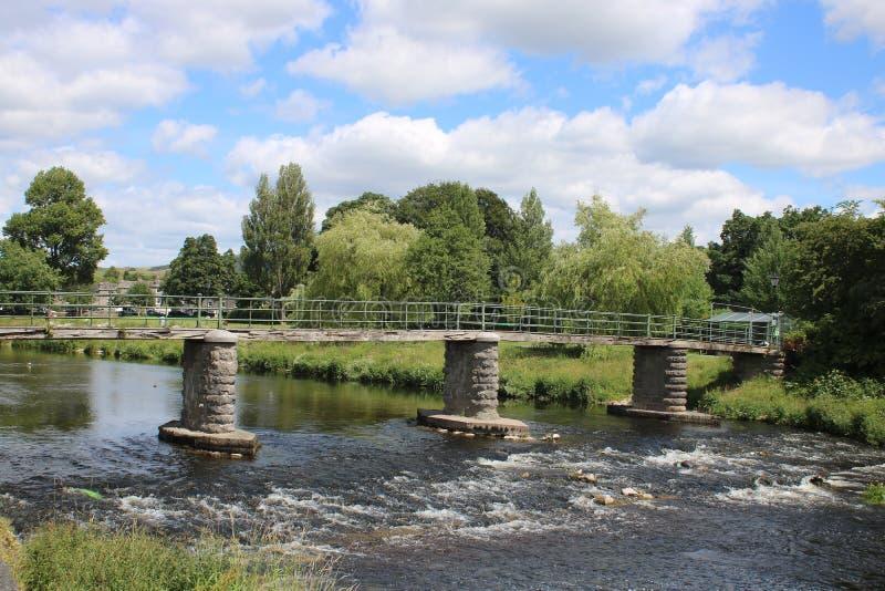 Passerelle au-dessus de rivière Kent, Kendal, Cumbria photo stock