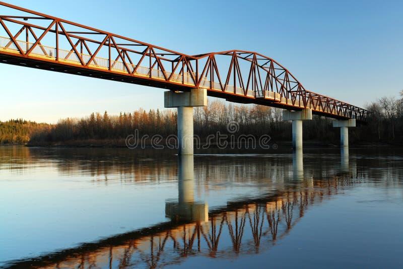 passerelle au-dessus du fleuve image libre de droits