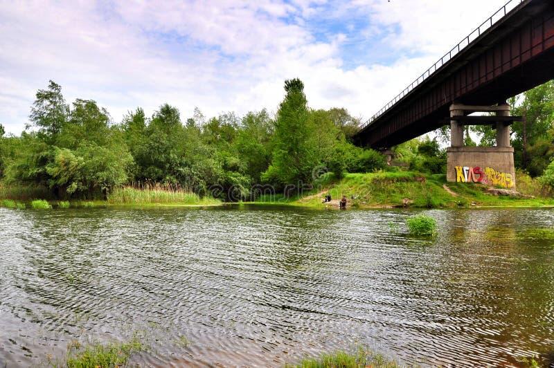 passerelle au-dessus du fleuve rouillé photo stock