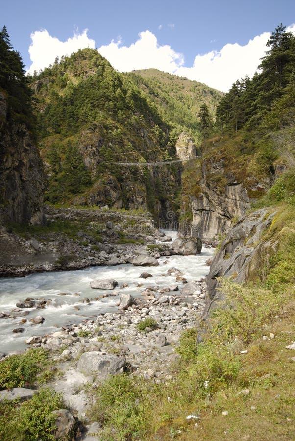 Passerelle au Népal image libre de droits