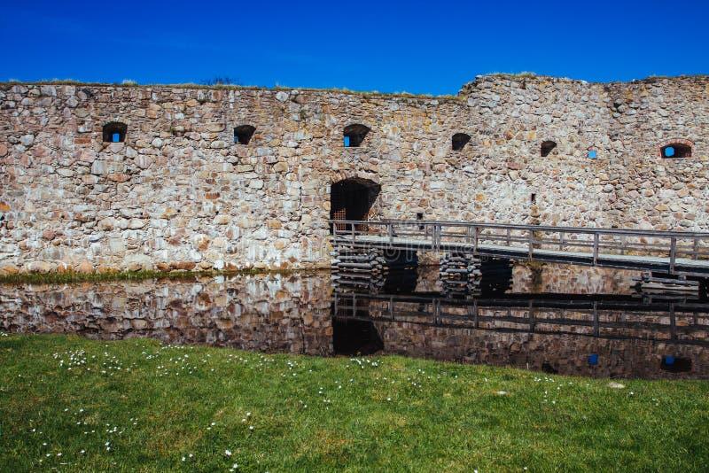Passerelle au vieux château sur le lac images libres de droits
