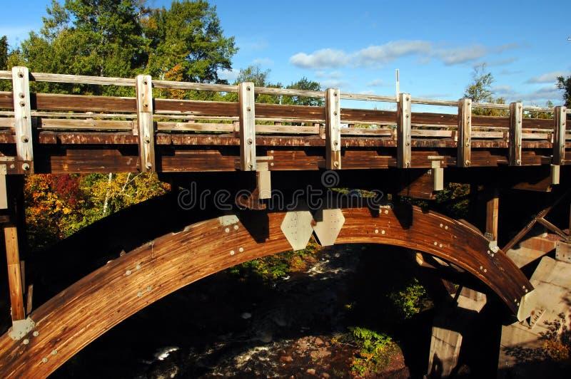 Passerelle aux automnes de fleuve d'aigle photographie stock