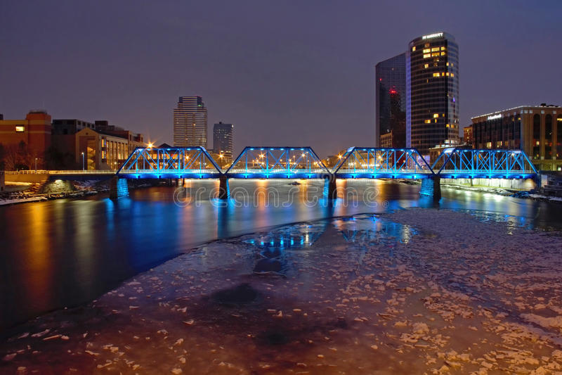 Passerelle bleue à Grand Rapids images libres de droits