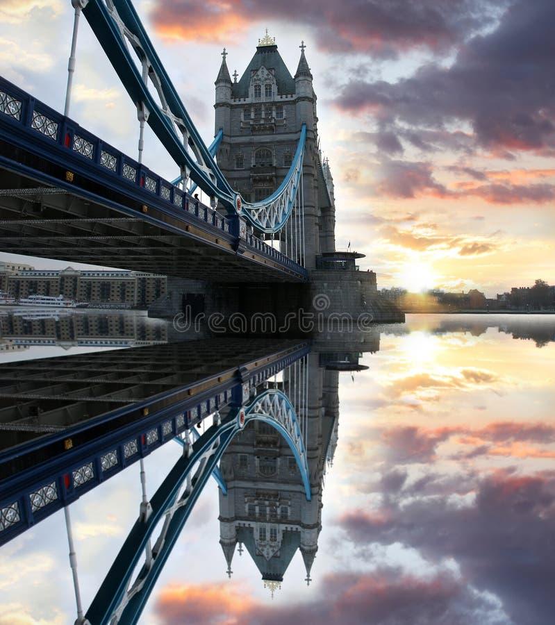 Passerelle célèbre de tour, Londres, R-U photo libre de droits
