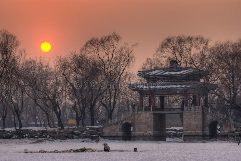 Passerelle classique dans le coucher du soleil image libre de droits