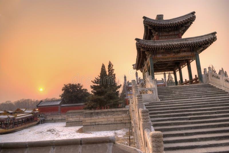Passerelle classique dans le coucher du soleil photographie stock libre de droits