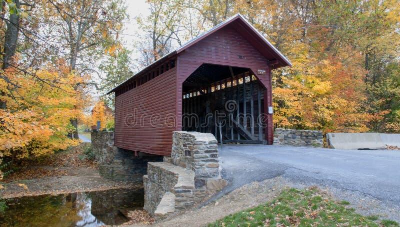 Passerelle couverte dans l'automne photo libre de droits