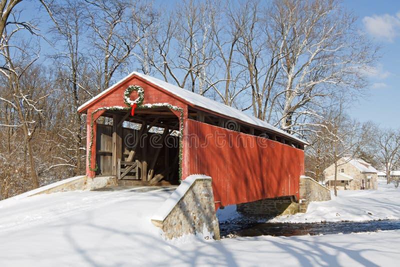 Passerelle couverte en hiver photos stock