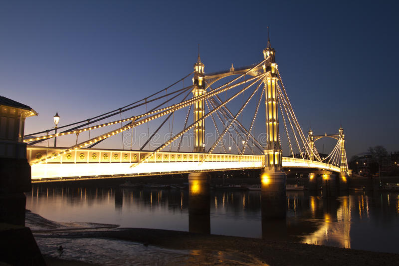 Passerelle d'Albert, Chelsea, Londres la nuit images libres de droits