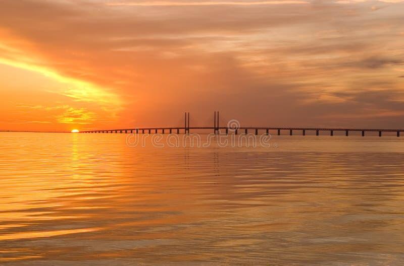 Passerelle d'Oresunds au coucher du soleil image stock