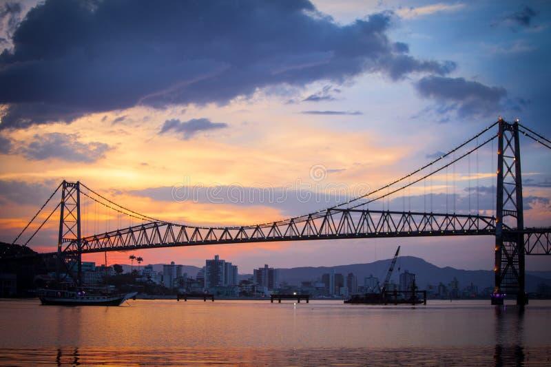 Passerelle dans Florianopolis au coucher du soleil photos stock