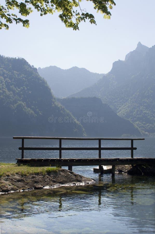 Passerelle dans le lac en Autriche photographie stock libre de droits