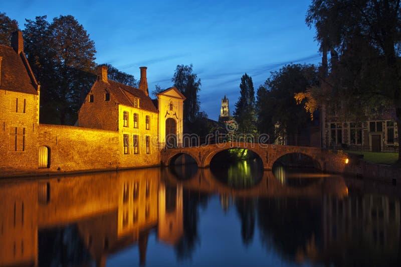Passerelle de Beguinage par nuit, Bruges, Belgique. images libres de droits