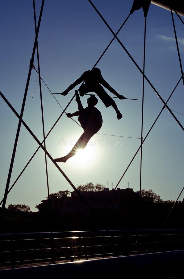 Passerelle de Bernatek de père du ` s de Cracovie et chiffres acrobatiques d'artiste polonais Jerzy Jotki Kedziora photos libres de droits