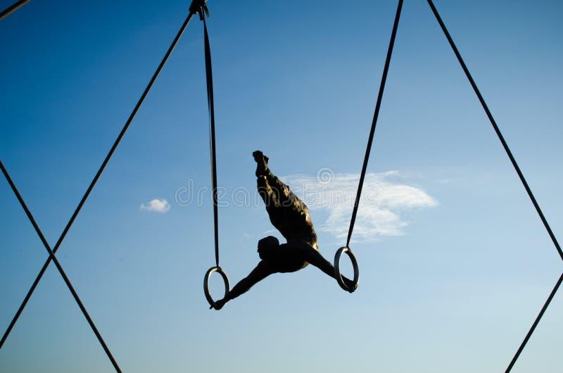 Passerelle de Bernatek de père du ` s de Cracovie et chiffres acrobatiques d'artiste polonais Jerzy Jotki Kedziora photos stock