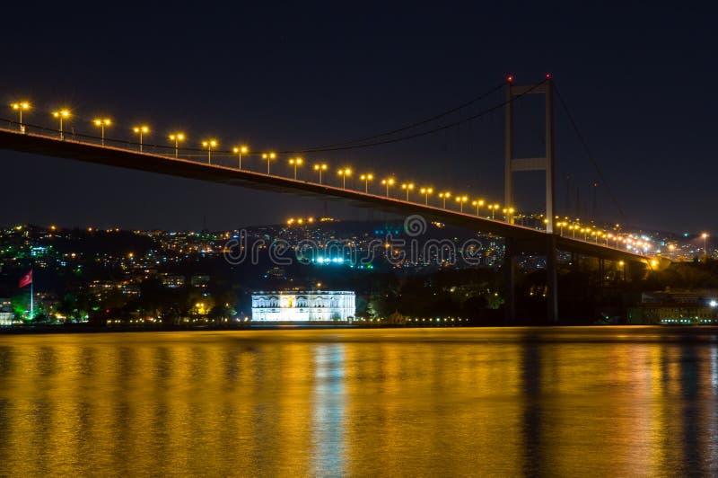 Passerelle de Bosporus par nuit images stock