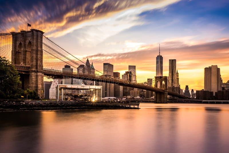Passerelle de Brooklyn au coucher du soleil photos stock