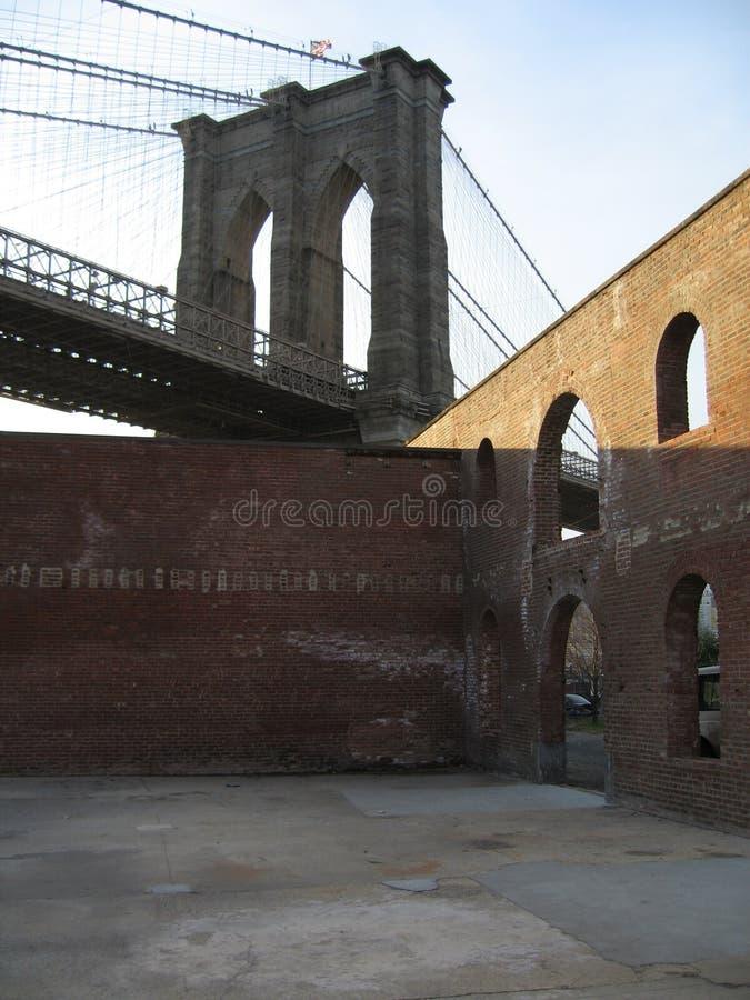 Passerelle de Brooklyn avec des murs de briques photo libre de droits