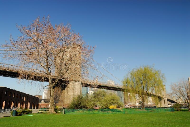 Passerelle de Brooklyn avec un petit stationnement images libres de droits