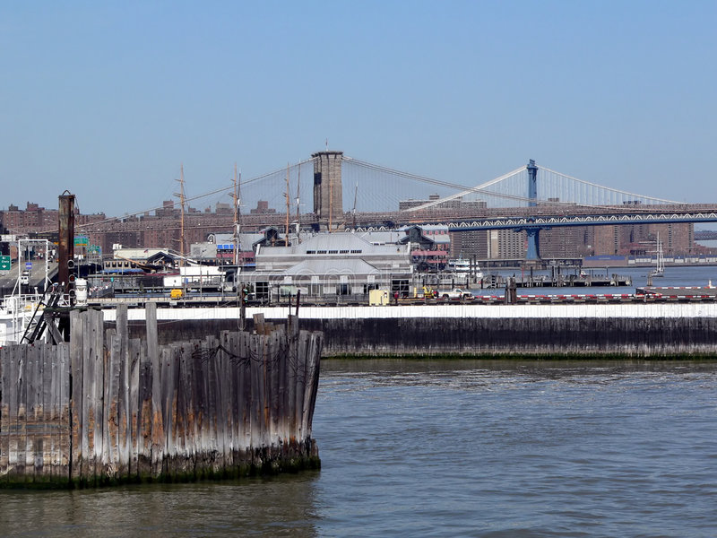 Passerelle de Brooklyn et Manhattan comme vu du port de New York City photo stock