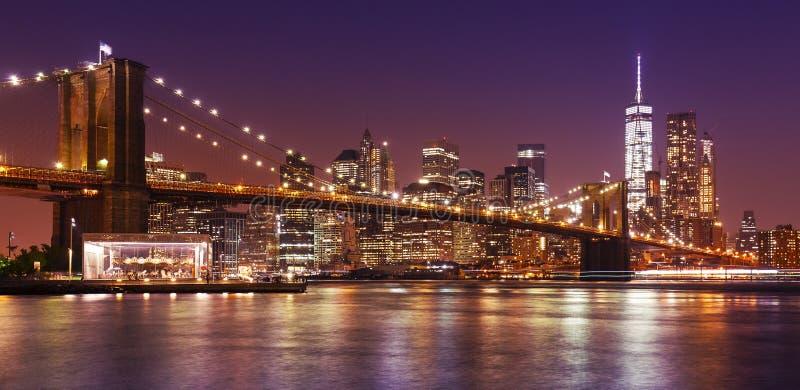 Passerelle de Brooklyn et Manhattan la nuit image libre de droits