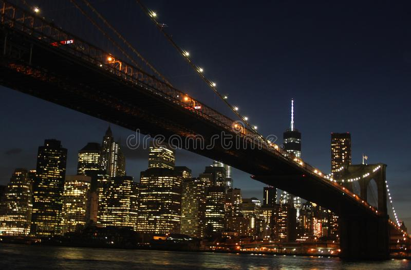 Passerelle de Brooklyn la nuit photo stock
