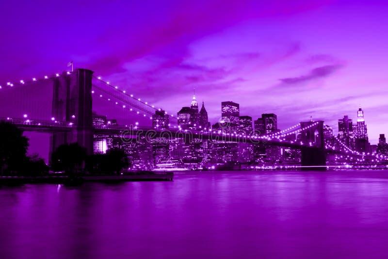 Passerelle de Brooklyn, New York dans le son pourpré et bleu photos libres de droits