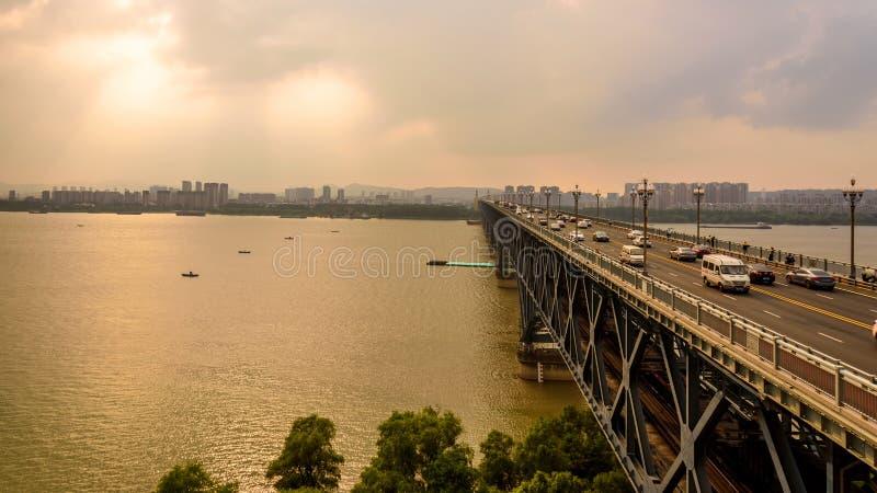 Passerelle de fleuve de Nanjing le Yang Ts? Kiang photographie stock