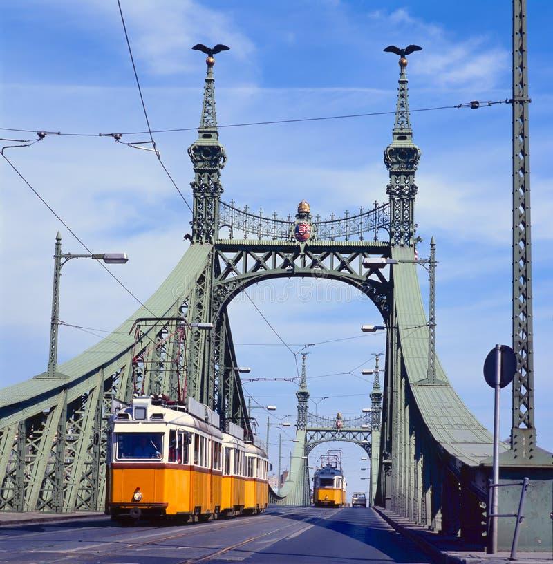 Passerelle de liberté, Budapest, Hongrie avec le tramway photographie stock