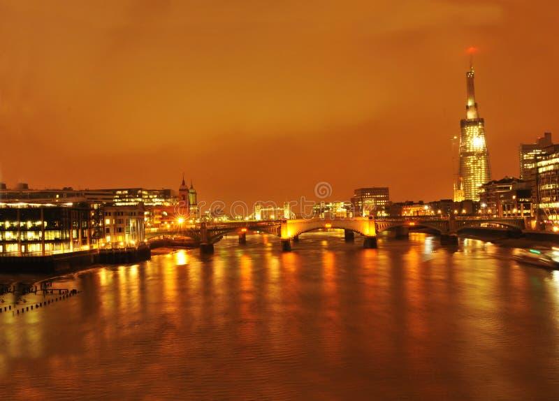 Passerelle de Londres de tesson par nuit image stock