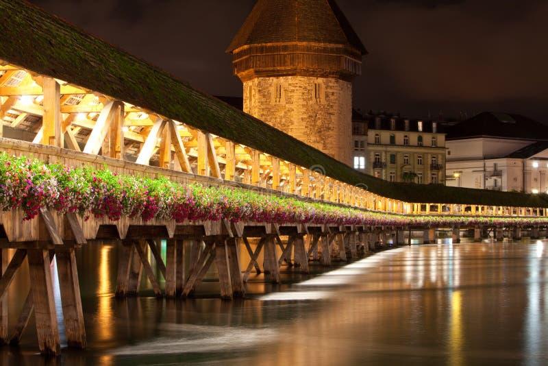 Passerelle de Luzerne Kapell à la nuit images libres de droits