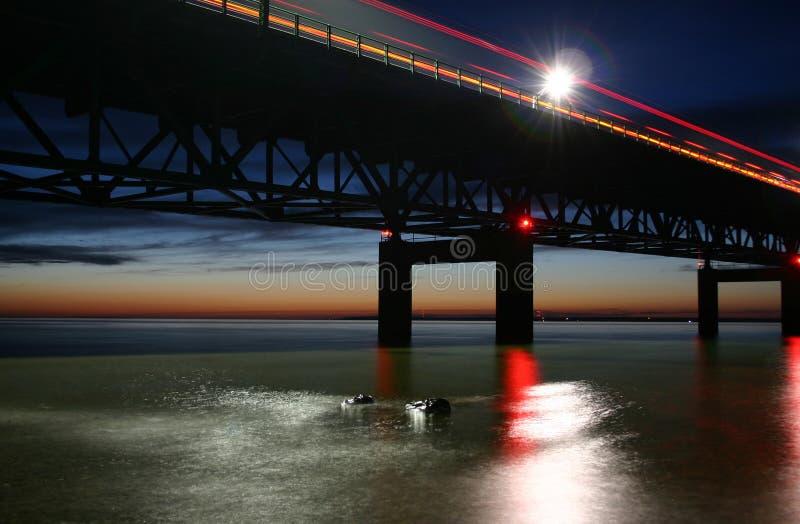 Passerelle de Mackinac dans le crépuscule images libres de droits