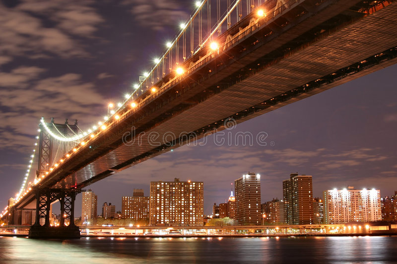 Passerelle de Manhattan la nuit photo stock