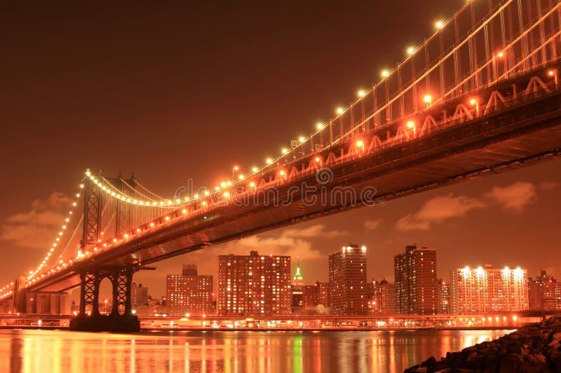 Passerelle de Manhattan la nuit image libre de droits