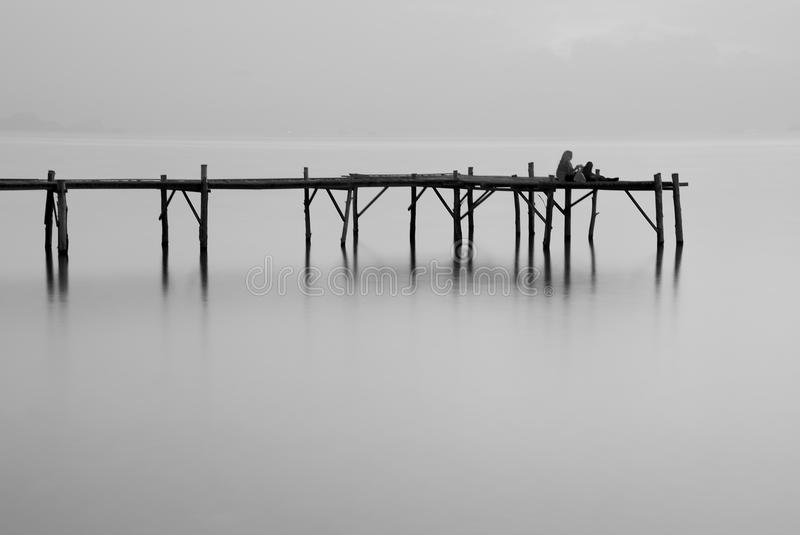 Passerelle de mer noire et blanche photo stock