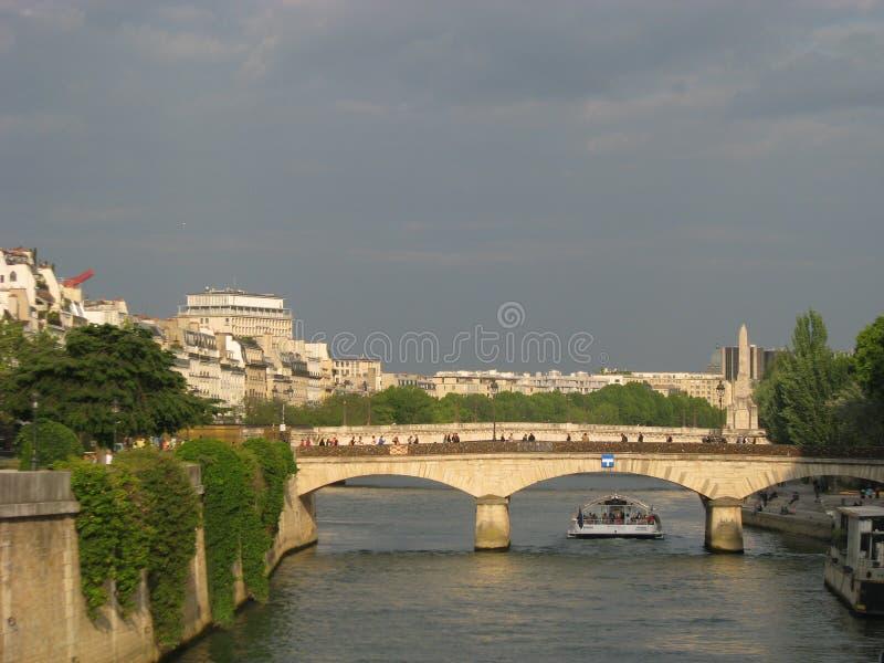 Passerelle de neuf de Pont par nuit, Paris, France image libre de droits