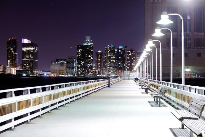 Passerelle de nuit avec des lanternes photographie stock libre de droits