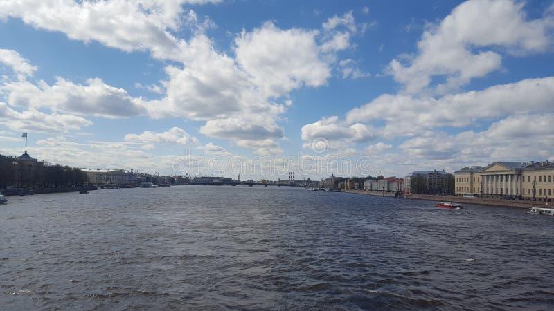 Passerelle de palais au-dessus de fleuve de Neva image libre de droits