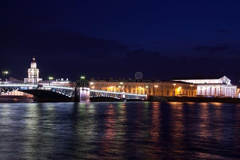 Passerelle de palais la nuit photos stock