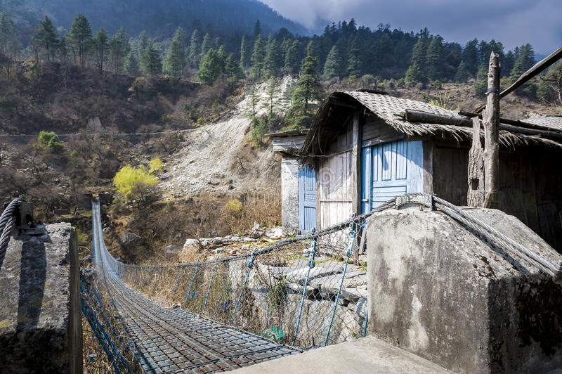 Passerelle de pied de suspension en Himalaya, Népal image libre de droits