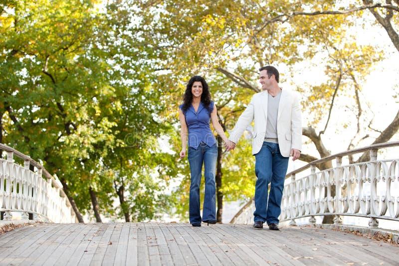 Passerelle de promenade de couples photographie stock