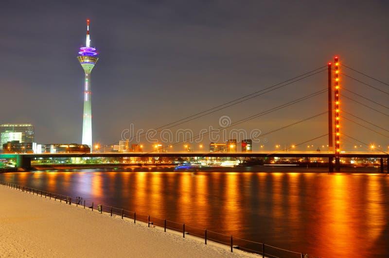 Passerelle de Rheinknie la nuit à Dusseldorf photographie stock libre de droits