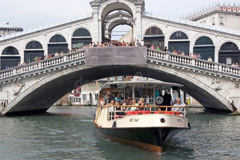 Passerelle de Rialto et bus de l'eau image libre de droits