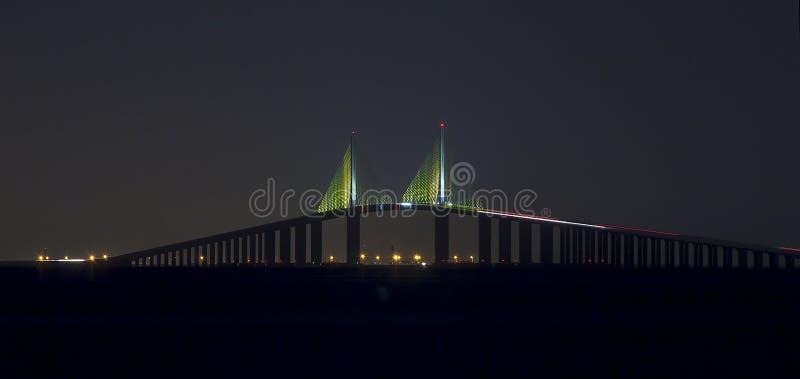 Passerelle de Skyway de soleil la nuit images stock