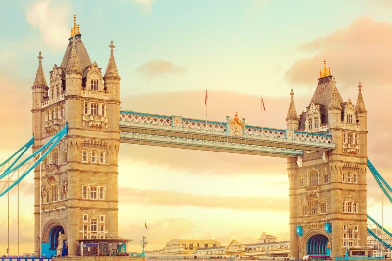 Passerelle de tour au coucher du soleil. Point de repère populaire à Londres, R-U photos stock