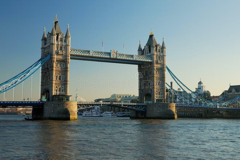 Passerelle de tour dans la ville de Londres image libre de droits