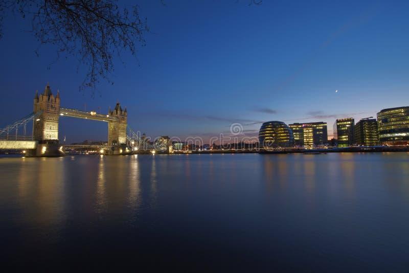 Passerelle de tour de Londres par nuit photo stock