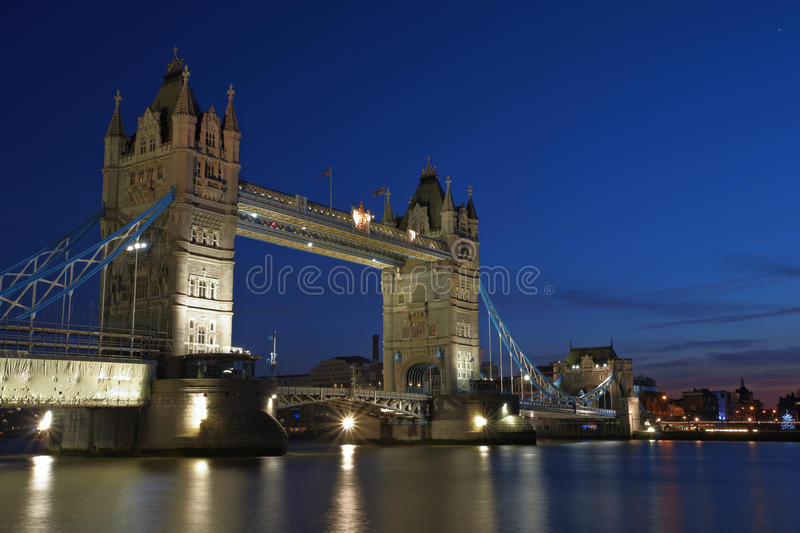 Passerelle de tour de Londres par nuit photos stock