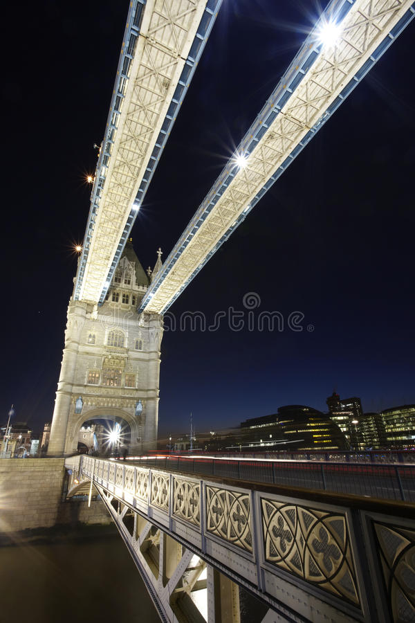 Passerelle de tour de Londres par nuit photo libre de droits
